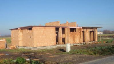 Uz dobudovana galeria... chyba este strana od zahrady, cakame kym zatvrdne beton v preklade. 21.11.2010