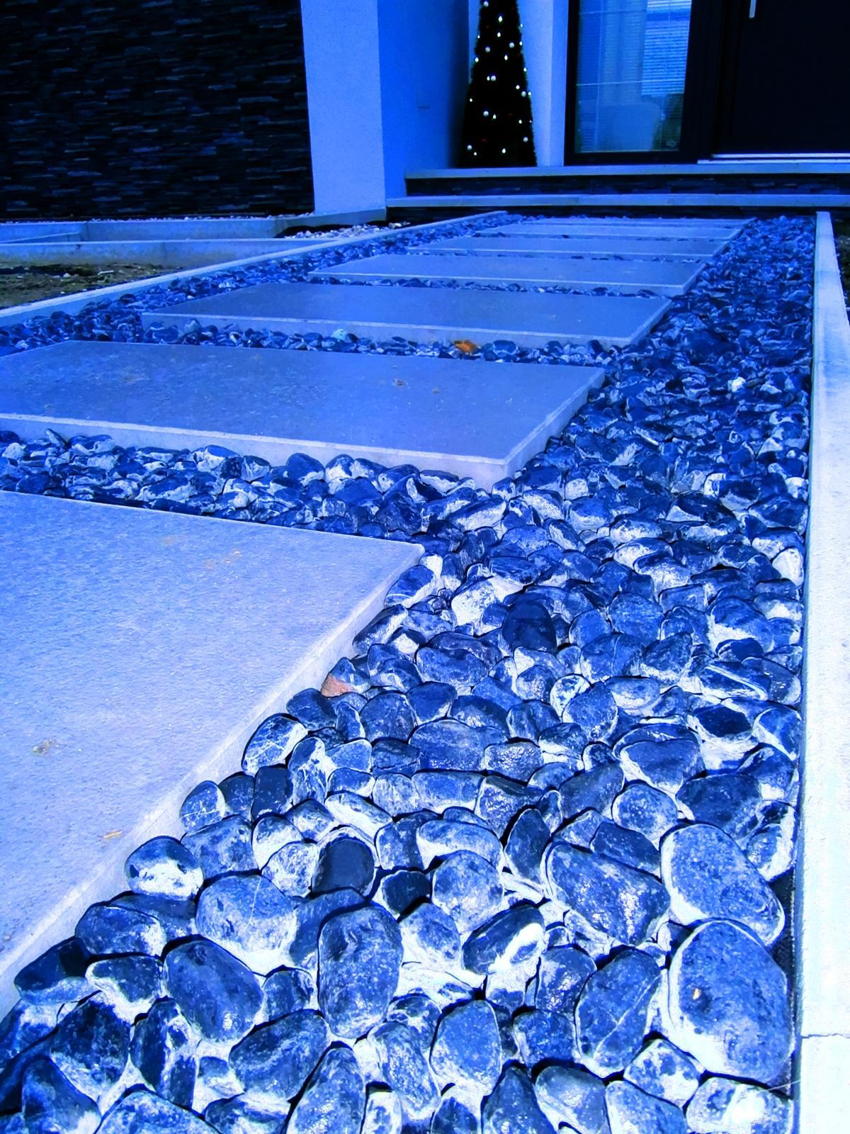 LINEAR 324 od...do... - dokonalo zamrznute - ani kamen sa nepohol, skoda ze neostanu tie kamene tejto farby :(