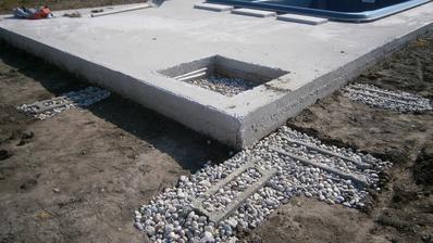 """suche zaklady"" pre bud. betonove kochliky, hlbka 80cm v nemrznucej vrstve, popripade nadbytocna voda pretecie a kamene nenadvihne mraz."