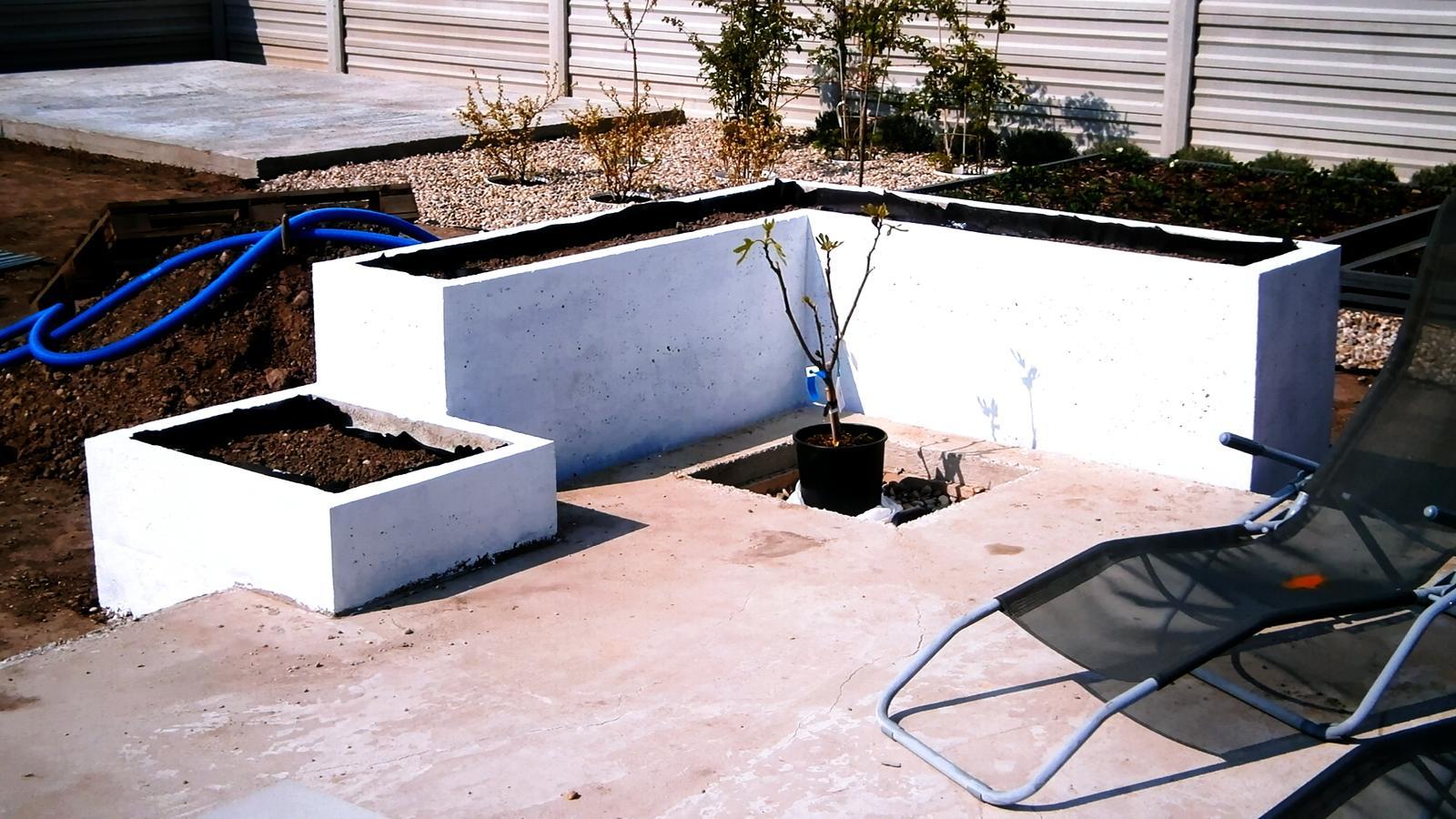 Modern Garden Linear324 - naša prímorská - prve natretie... nejako mi to nereze, neviem ci natriem este raz farbou a necham na pokoji, alebo to obohnat omietkou 2mm ??? co myslite?