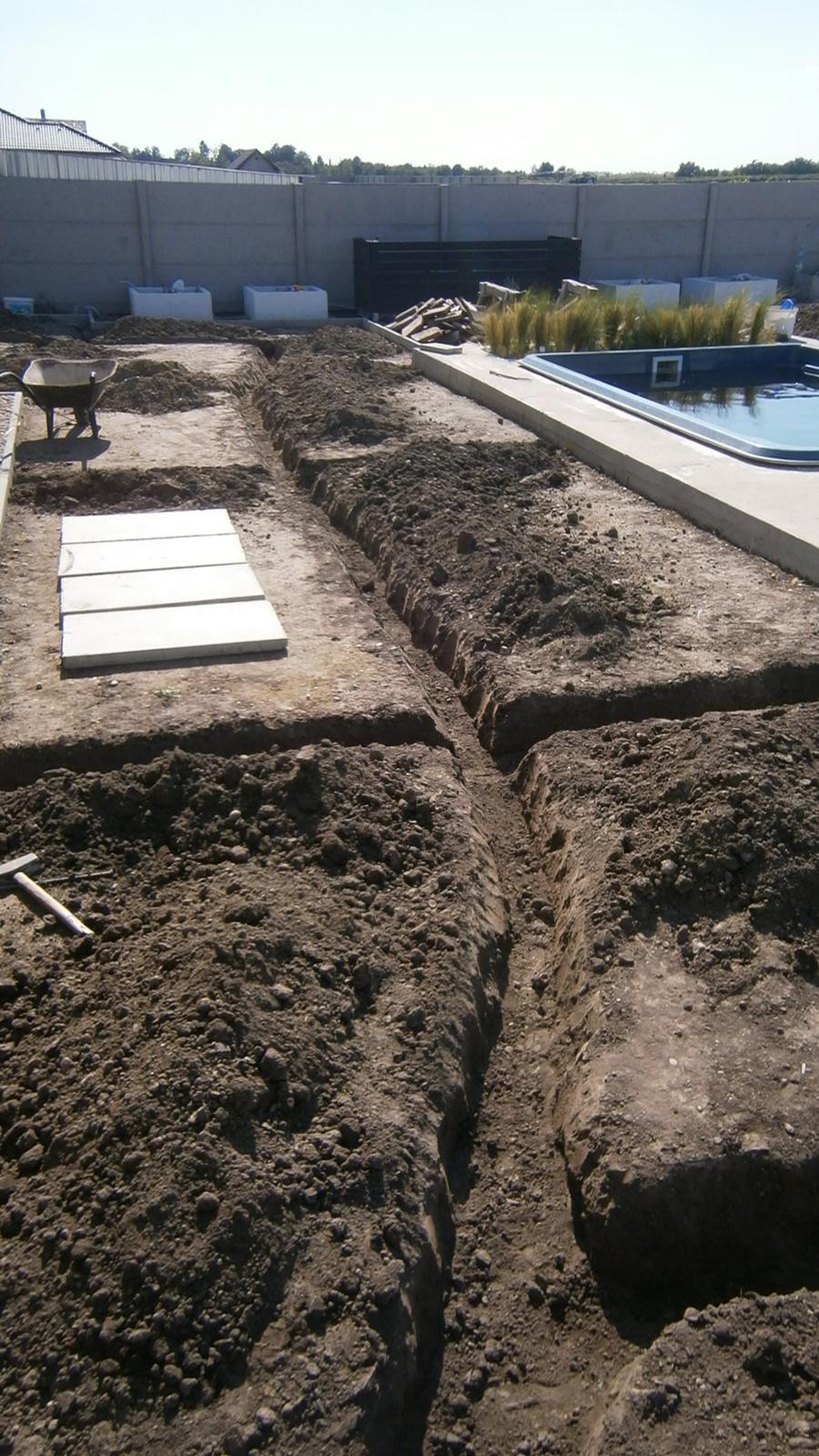 Modern Garden Linear324 - naša prímorská - chvilku bol pozemok zrovnany a dnes toto :D - kopanie zavlahy