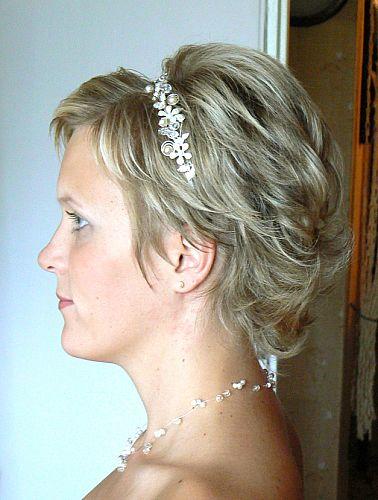 Monika+Ďusi 7.7.2007 - konečne som našla nejaký svadobný účes krátkych vlasov, ale ja mam ešte kratšie vlasy, takže fak neviem čo si mám vymysliet ak viete poradte?!