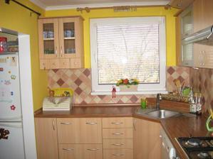 Moja nova zltucka kuchyna, milujem ju, farba sa podarila presne taka aku som si predstavovala.