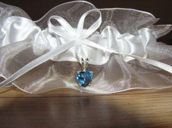V & J . . . . . 26. august 2006 - detail podväzku - mašlička a modré srdiečko pre šťastie