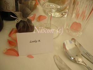 dekorácia stolov - menovky, darčeky pre hostí, lupienky ruží