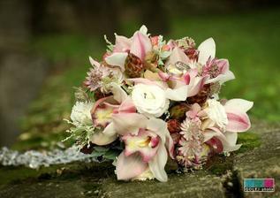svadobná kytička - hortenzia, orchidea a slamienky