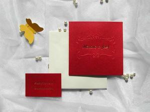 Červená ... barva lásky. Tak na tomto svatebním oznámení jsme se shodli. A hodí se nám i k barvě svatby - chceme bílo červenou :-)Už jsme si ho objednali přes internet.