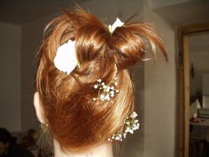 A takovýto účes mně na svatebním veletrhu vytvořila paní kadeřnice...