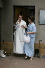 Nevěsta se svědkyní.(Už jsem zpozorovala překvapení od ženicha - autíčko pro odvoz nevěsty.)