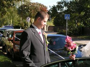 budoucí manžel mi pomáhá do auta