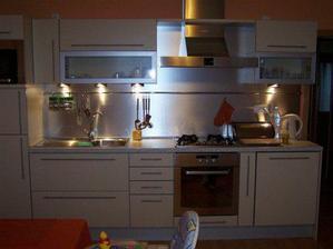 To je náš kuchyňský kout, barva je vanilková, na fotce to není tak vidět.