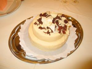 ... konečná podoba svatebního dortu ....