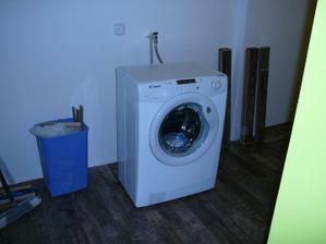 pračka už je na svém místě, akorát bude schovaná ve vestavěné skříni