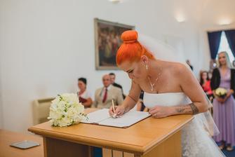 Poprvé novej podpis naostro :-) přes slzy jsem neviděla a propiska byla blbá  a tuhá :-D