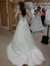 šaty s vlečkou, stříbrem vyšívané...ale princezna to není jasný pane