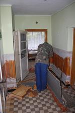...otec rozoberá staré nábytky...