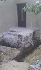 Časť balkóna dole, základy budúcej kúpelne vykopané.