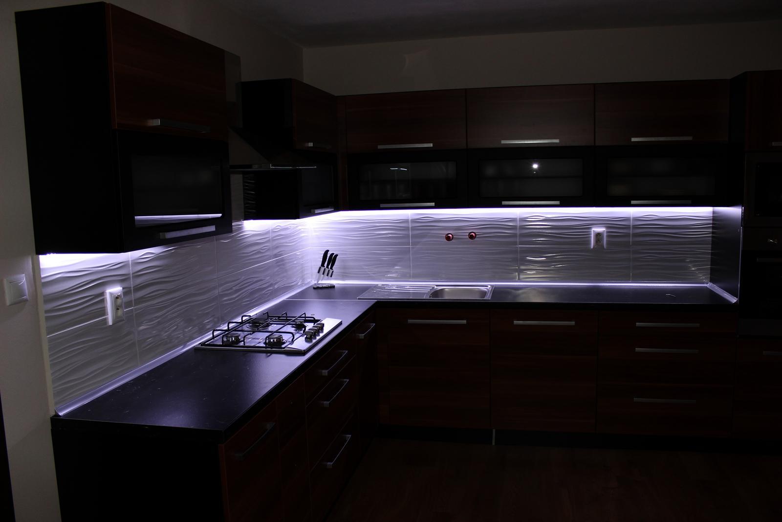 ..Prer�bka rodinneho domu....... - Tak a takto nám to svieti v kuchyni :D  Len ta batéria...ani nás nenapadlo že ju máme zo steny a pritom sme ju chceli z dresu...no čo už...