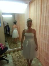 Šatičky č. 2 - popolnočné (v obchode ich predávali aj ako krátke svadobné šaty), saténový korzet, dekolt lemovaný jemnými perličkami, tylová baletkovská sukňa. Veľkosť 36-38. Zapínanie vzadu na zips, okolo pása sa previazuje saténová stuha.