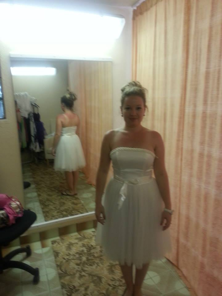 Šatičky - Šatičky č. 2 - popolnočné (v obchode ich predávali aj ako krátke svadobné šaty), saténový korzet, dekolt lemovaný jemnými perličkami, tylová baletkovská sukňa. Veľkosť 36-38. Zapínanie vzadu na zips, okolo pása sa previazuje saténová stuha.