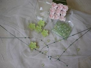 část dekorací na svatební tabuli