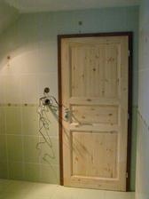 pohled z koupelny na nové dveře.