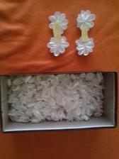 tak si jdu za svým cílem :) v krabici je 360 ušitých okvětních lístků, které čekají na sešítí do květinek :) ať žije tvoření na svatbu :)