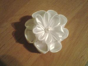 toto  asi příjde s kytičkama na náramek pro svědkyňku :) je to vítanější než klasická kytka do ruky :)