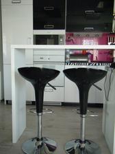 Súčasťou kuchyne je aj pult s barovými stoličkami