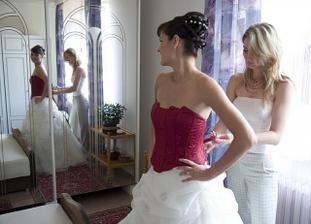 svědkyně pomáhá s oblékáním :)
