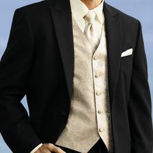 Tmavý oblek.. to je jasné ;)