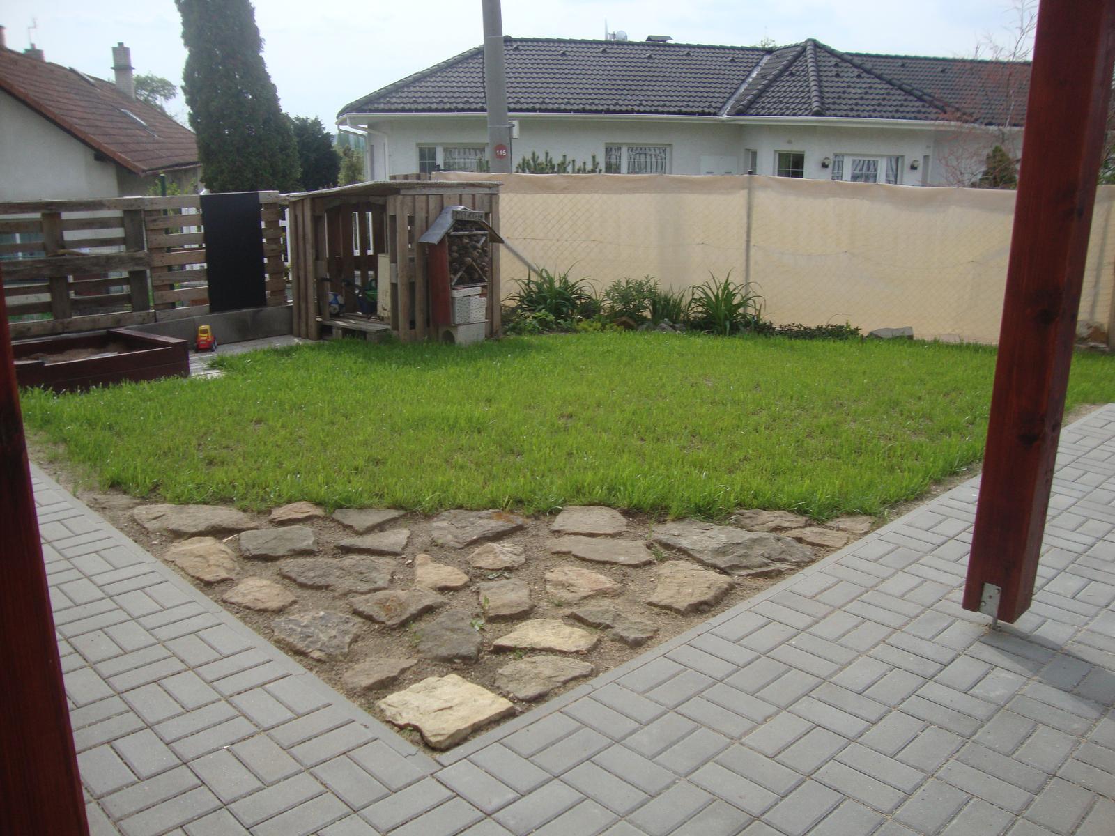 Venku (tam kde už to nevypadá jako staveniště) - k plotu plánuji zasadit ještě nějaké stromky