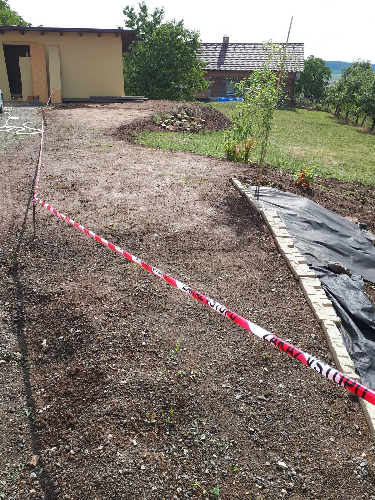 Venku (tam kde už to nevypadá jako staveniště) - Dostali jsme hlínu,tak jsme dorovnali část zahrady a tady jsem zasela trávu (proto ta páska)