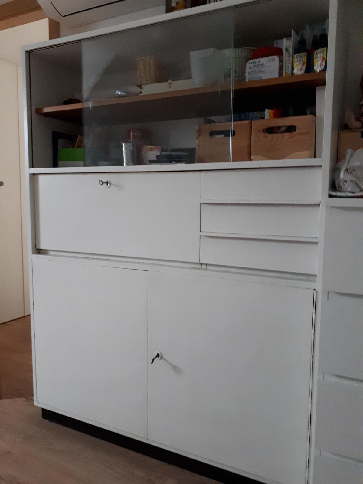 Nový kabát - skříňka na tvořící potřeby v ložnici (ještě plánuji vyměnit sklo za překližku,aby nebyl vidět bordel uvnitř) :)