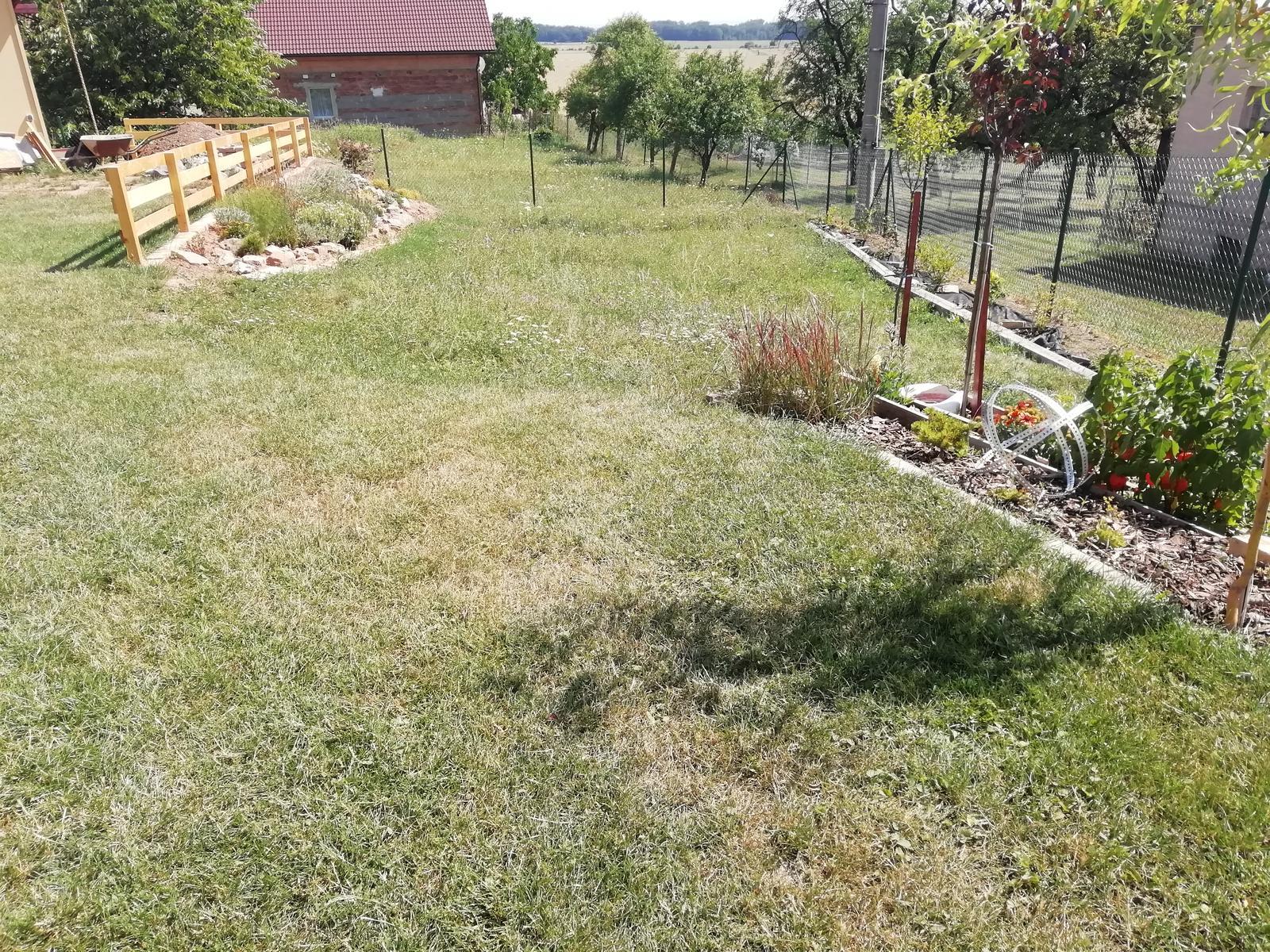 Venku (tam kde už to nevypadá jako staveniště) - Konečně máme plot 🙂