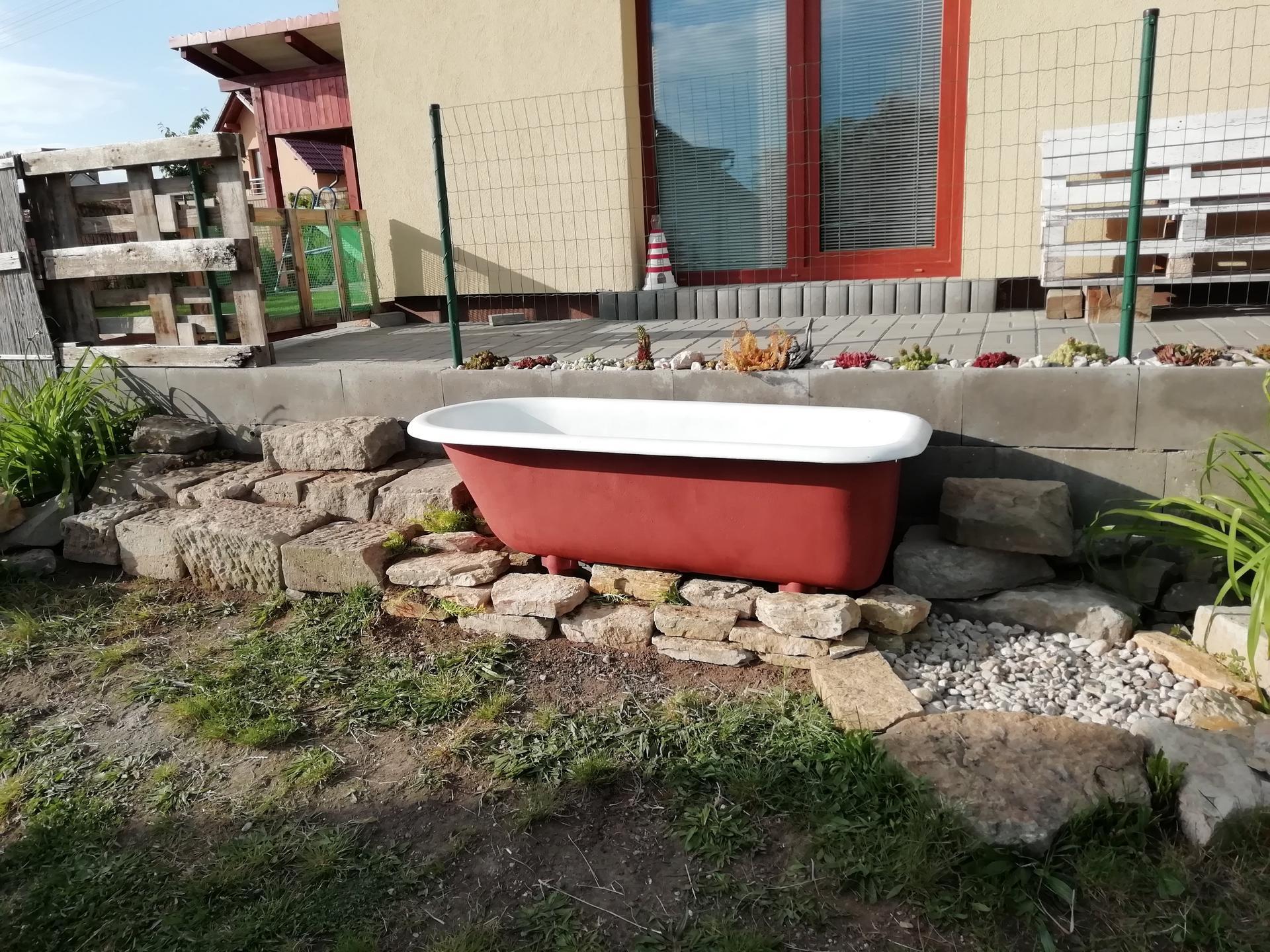 Venku (tam kde už to nevypadá jako staveniště) - vana je na místě, ještě chybí vybalit solární sprchu :)
