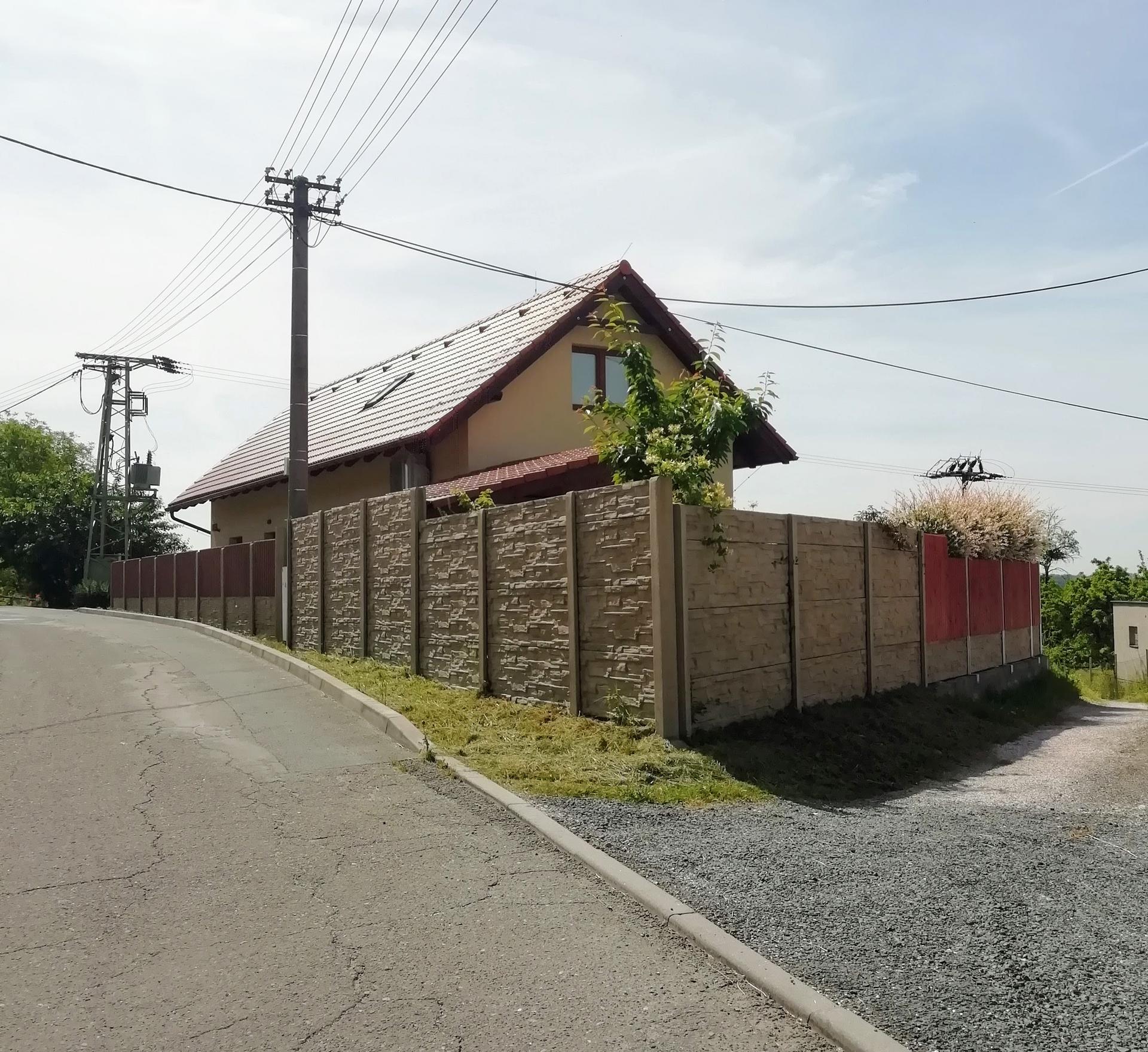 2021 Doma i venku - plot od silnice je hotový :)