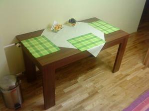 stôl v kuchyni