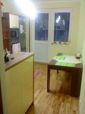 stôl a i časť kuchyne:)