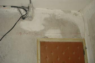 eletrika este nad starymi vchodovymi dverami :)