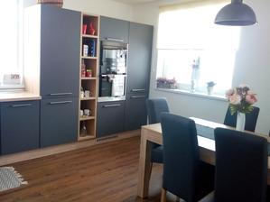 obývačka a jedáleň prepojená s kuchyňou...