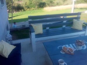 ....a provizórne letné sedenie na terase....tú lavicu aj stôl spravil môj šikovný manžel :)