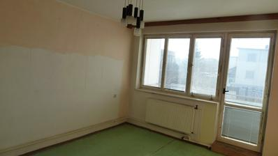 ... spálňa, rúrky z kúrenia ťahané popri stene v celom byte :-( ...