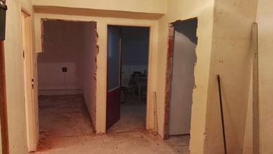 ... vytrhané podlahy a vybraté zárubne ...