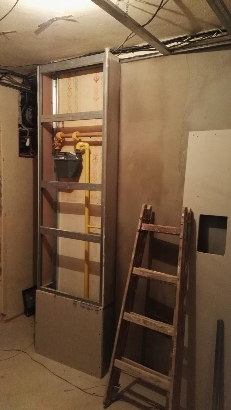 Projekt: Nové bývanie ... - ... plynomer ktorý je hneď pri dverách schováme za sádrkartón...