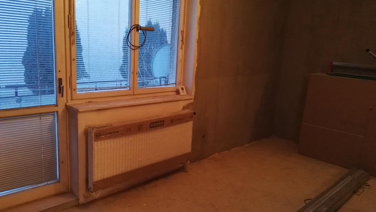 Projekt: Nové bývanie ... - nové rádiatory a už žiadne trubky z kúrenia nevidno, všetko pekne schované...