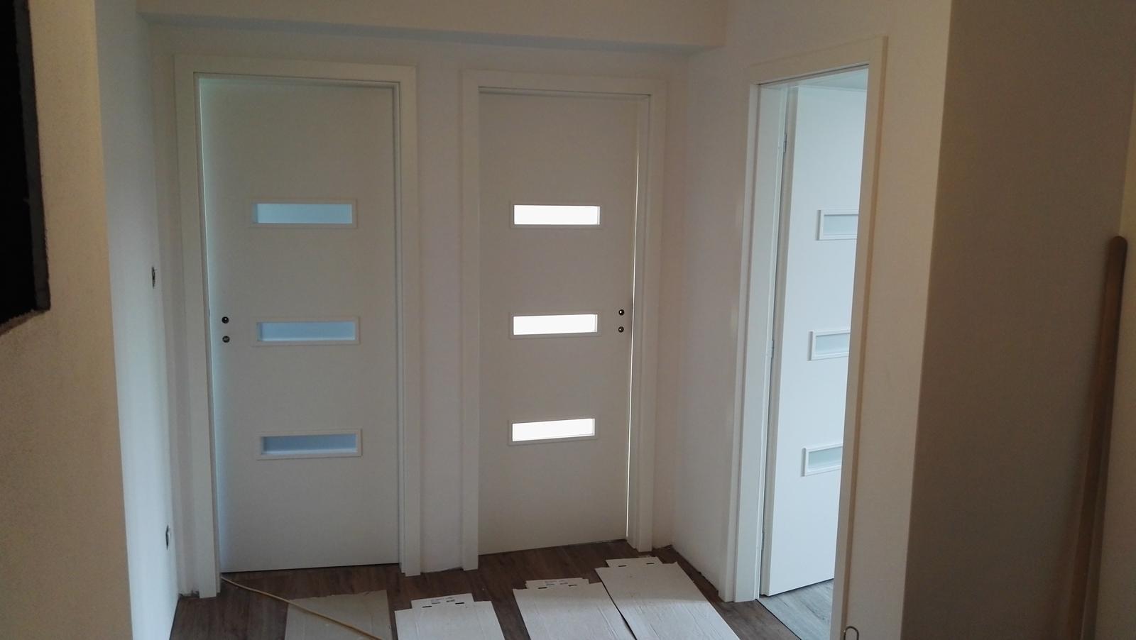 Projekt: Nové bývanie ... - ... pracuje sa na dverách ...