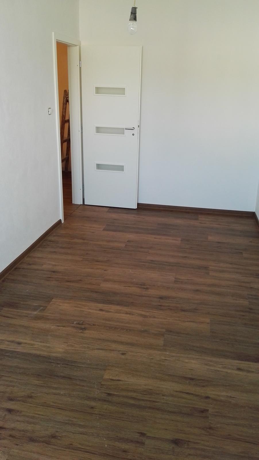 Projekt: Nové bývanie ... - ... podlahy už hotové, aj s lištami ...