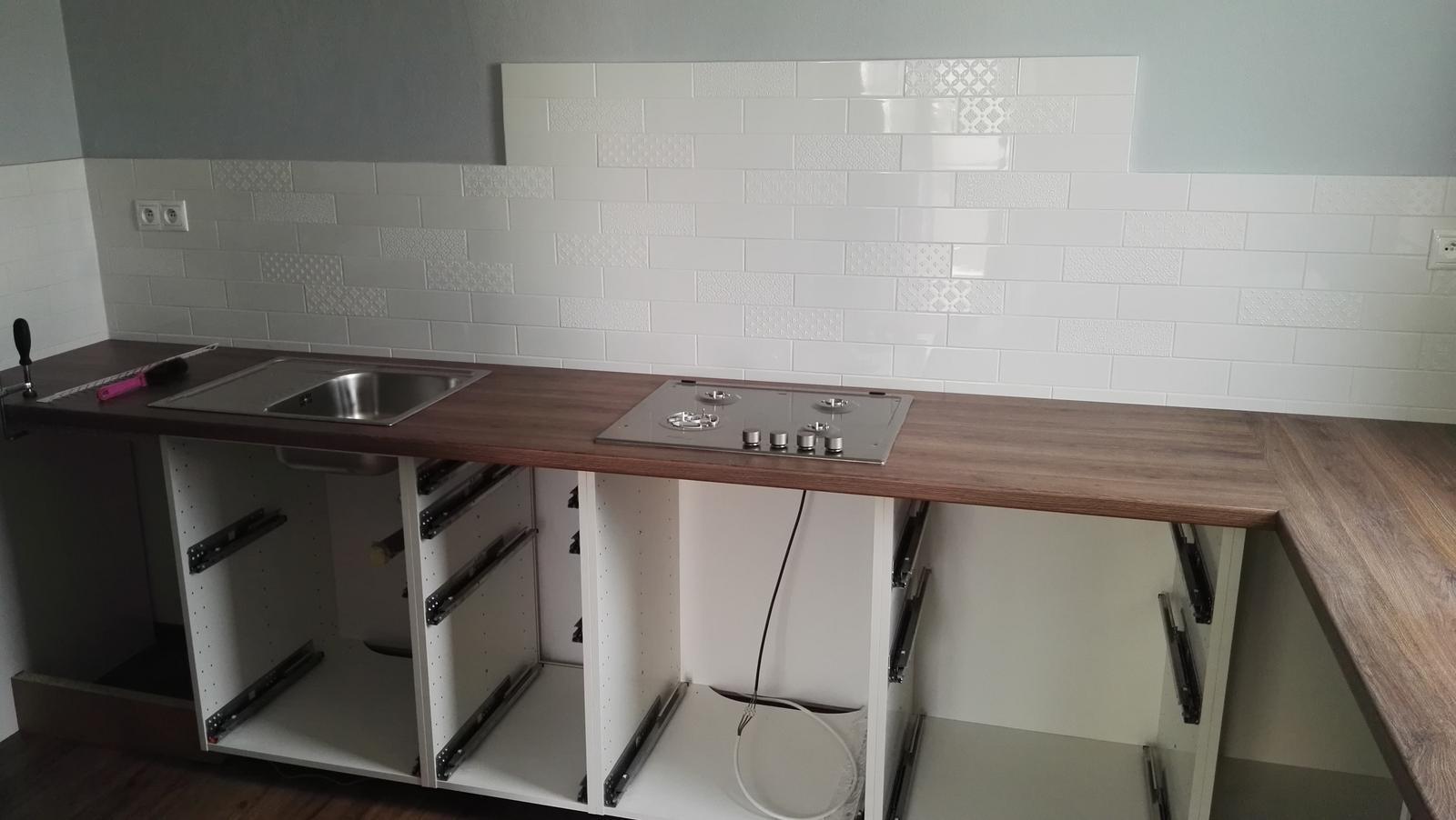 Projekt: Nové bývanie ... - ... dolné skrinky nahodené už aj s pracovnou doskou ...