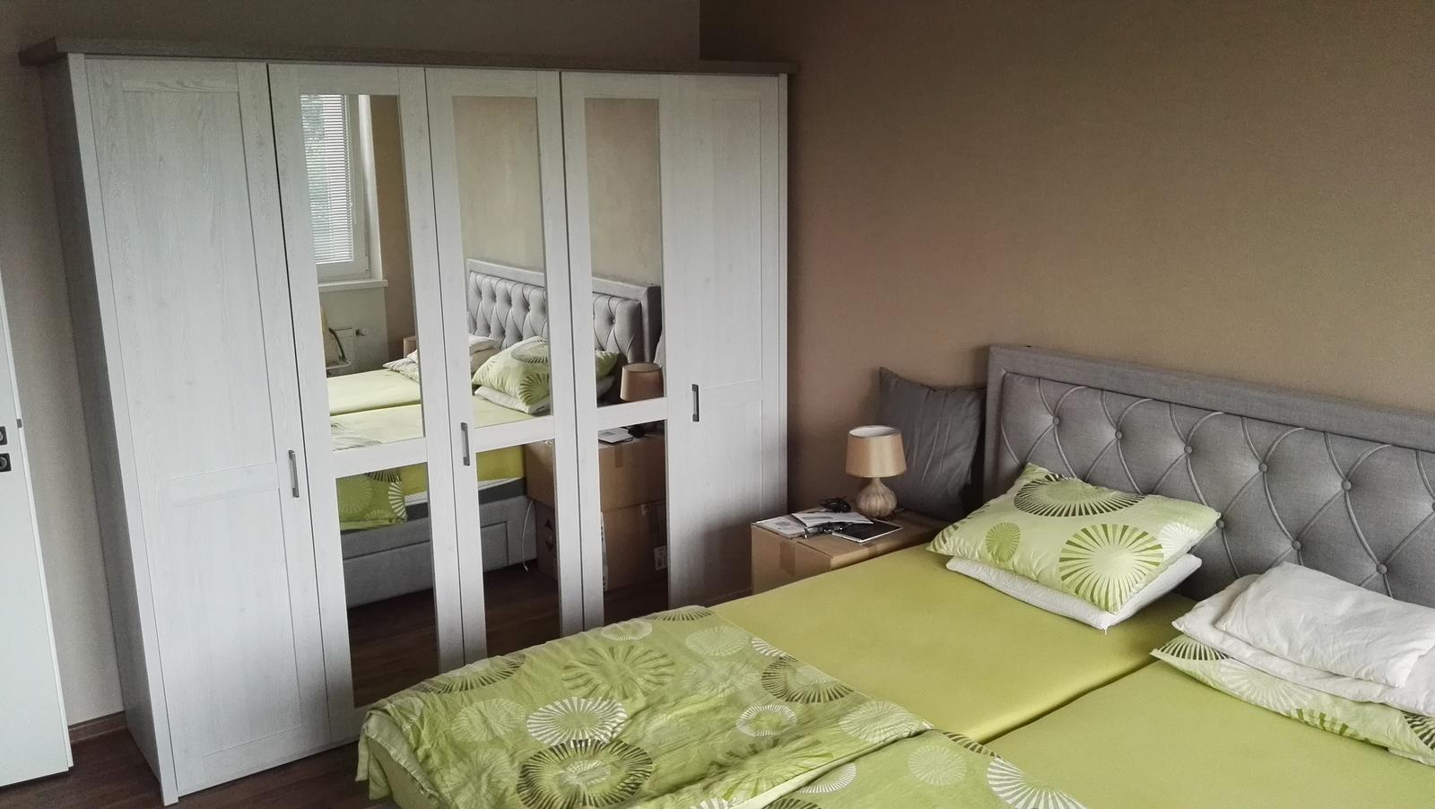 Projekt: Nové bývanie ... - ... spálňa na 80% hotovo, nočné stolíky ešte zo zbalených vecí :-D
